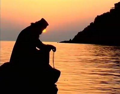 monk-praying-sunsetη...
